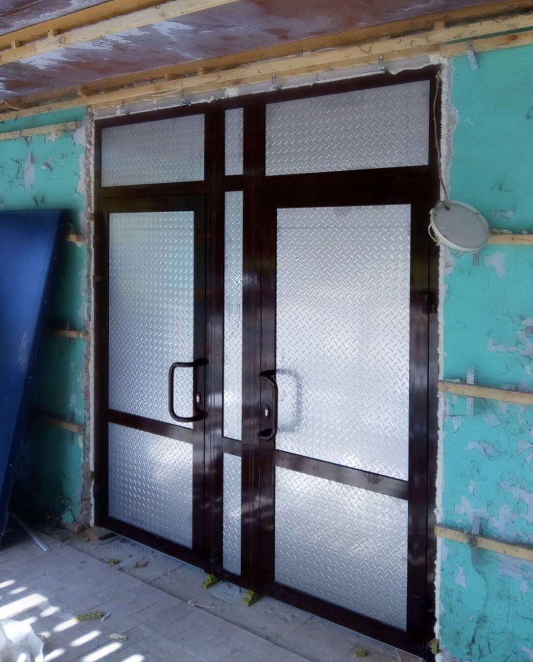 В школе, в г. Ульяновск, смонтированы входные группы, распашные двери