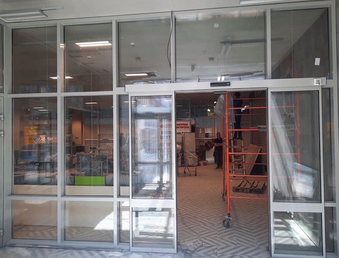 В магазине «Пятерочка» г. Самара выполнен монтаж алюминиевых конструкции и автоматических дверей: